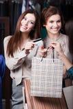 Оплата девушек с кредитной карточкой стоковые фотографии rf