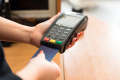 Оплата женщины кредитной карточкой Стоковые Изображения