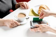 Оплата карточкой для пролома дела в кафе на предпосылке таблицы Стоковая Фотография