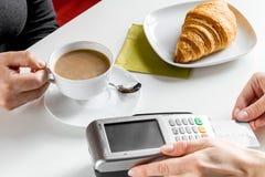 Оплата карточкой для пролома дела в кафе на предпосылке таблицы Стоковое Изображение RF