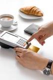 Оплата карточкой для пролома дела в кафе на предпосылке таблицы Стоковые Фото