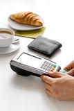 Оплата карточкой для пролома дела в кафе на предпосылке таблицы Стоковые Изображения