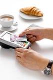 Оплата карточкой для пролома дела в кафе на предпосылке таблицы Стоковые Изображения RF