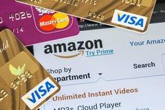 Оплата приобретений от онлайн оплат Амазонки магазина используя стоковые изображения rf
