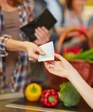 Оплата с деньгами наличных денег в супермаркете Стоковые Изображения RF