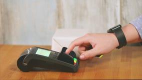 Оплачивать в магазине с карточкой банка сток-видео