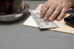 Оплачивать в ресторане Стоковая Фотография RF