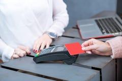 оплачивать кредита карточки Стоковые Изображения