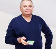 Оплачивать старшего человека в шлямбуре над белизной Стоковые Изображения RF