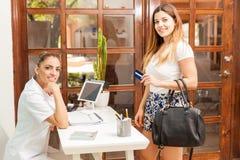 Оплачивать с кредитной карточкой на курорте Стоковое Изображение