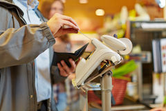 оплачивать человека кредита карточки Стоковое Изображение RF