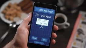 Оплачивать receipe магазина с smartphone app В рамке рук ` s человека, персона оплачивает для приобретений в онлайн видеоматериал