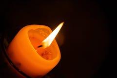 Оранжевая деталь света горящей свечи Стоковые Изображения
