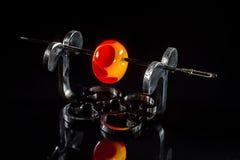 Оранжевая и красная стеклянная бусина на стойке Стоковая Фотография RF