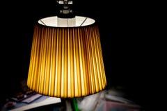 Оранжевая лампа в темной комнате стоковая фотография rf