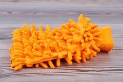 Оранжевая перчатка уборщика microfiber стоковое изображение rf