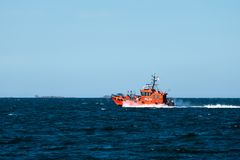 Оранжевая пилотная шлюпка на скорости стоковые изображения rf