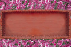 Оранжевая рамка металла на предпосылке розовых цветков Стоковое Изображение