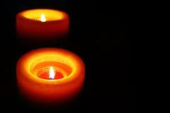 Оранжевая свеча отражая в темноте Стоковое Изображение RF