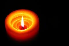 Оранжевая свеча светя в темноте с черным космосом Backround на праве Стоковая Фотография RF