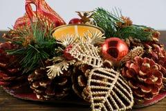 Оранжевая свеча с украшением рождества стоковые фотографии rf