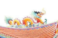 Оранжевая скульптура дракона на крыше. Стоковые Изображения