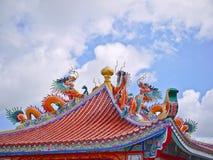 Оранжевая статуя дракона фарфора на крыше павильона восьмиугольника и голубого неба Стоковое Изображение RF