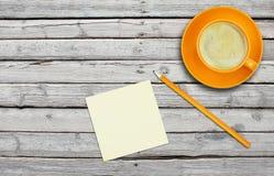 Оранжевая чашка кофе с стикером Стоковые Фотографии RF