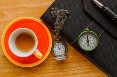 Оранжевая чашка организатора черноты кофе эспрессо с ручкой Стоковое фото RF