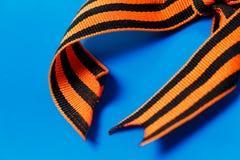 Оранжевая черная лента Джордж на голубой предпосылке стоковое изображение rf