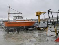 оранжевая шлюпка в дворе корабля Стоковые Изображения RF