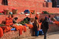Оранжевое ожерелье цветка ноготк на квадрате Durbar, Катманду, Непале Стоковые Изображения RF