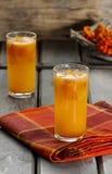 Оранжевое питье на деревянном столе стоковое фото rf