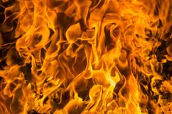 Оранжевое пламя огня внутри камина за стеклом стоковое изображение
