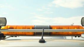 Оранжевое проблескивая аварийное освещение над небом видеоматериал