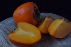Оранжевое сладостное perssimon на древесине Стоковое Изображение RF