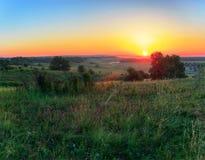 Оранжевое Солнце над холмами Стоковая Фотография RF