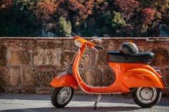 Оранжевое byke Vespa стоковые изображения