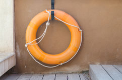 Оранжевое lifebuoy, аварийное оборудование спасения Стоковые Фото