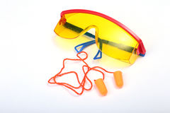 Оранжевые беруш и защитные стекла для работы Беруш для уменьшения шума на белой предпосылке Стоковое Изображение