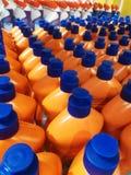 Оранжевые бутылки с тензидом в магазине Стоковые Изображения