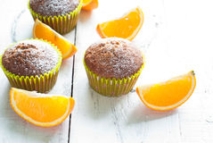 Оранжевые булочки на таблице Стоковые Фото