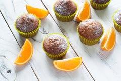 Оранжевые булочки на таблице Стоковые Изображения RF