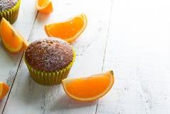 Оранжевые булочки на таблице Стоковые Изображения