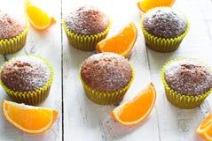 Оранжевые булочки на таблице Стоковое Изображение