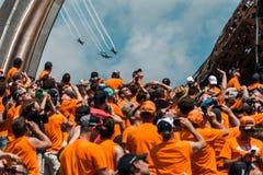 Оранжевые вентиляторы гонки F1 стоковое фото