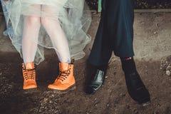 Оранжевые и черные ботинки на ногах Стоковое Изображение RF