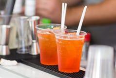Оранжевые коктеили на счетчике бара Стоковые Изображения RF