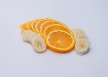 Оранжевые куски выровнялись 2 строками бананов Стоковая Фотография RF