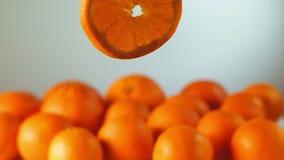 Оранжевые куски летают и вращение сток-видео